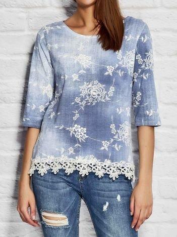 Niebiesko-biała denimowa bluzka w kwiaty