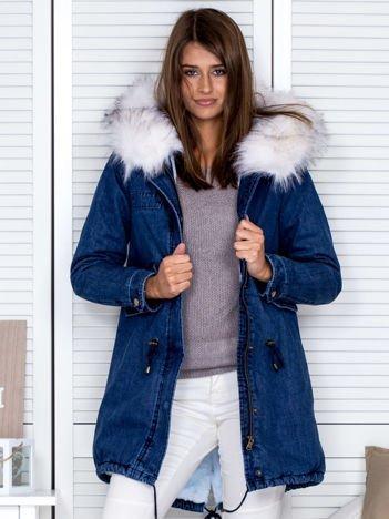 Niebiesko-biała jeansowa kurtka z futrzanym kołnierzem