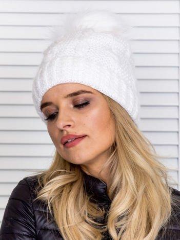 Ocieplana czapka z pomponem i ozdobnym splotem biała