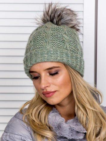 Ocieplana czapka z pomponem i ozdobnym splotem zielona