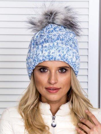 Ocieplana warkoczowa czapka z pomponem niebieska
