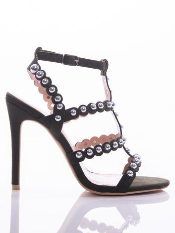 Oliwkowe sandały na szpilkach zapinane w na kostce, zdobione srebrnymi koralikami