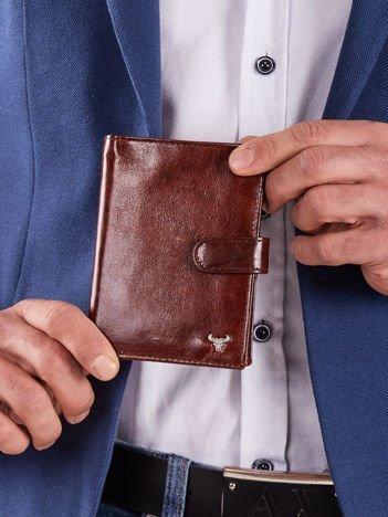 Pionowy skórzany portfel z zapięciem brązowy