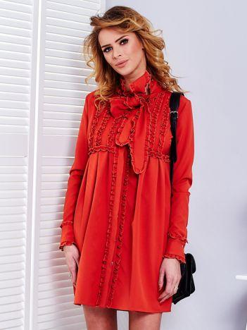 Pomarańczowa sukienka z wiązanym dekoltem i falbankami