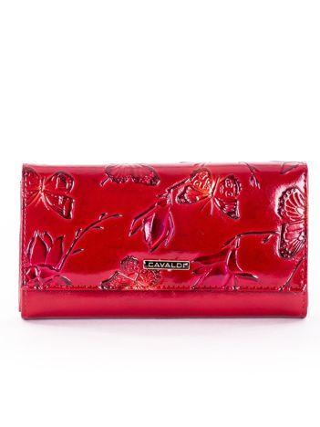 Portfel damski czerwony z tłoczonym deseniem