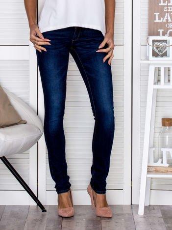 Proste spodnie jeansowe z delikatnymi przetarciami ciemnoniebieskie