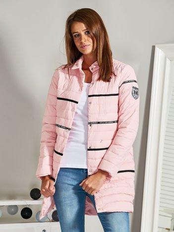 Prosty płaszcz puchowy z kołnierzykiem i przeszyciami różowy