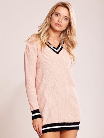 Pudroworóżowy luźny sweter V-neck z kontrastowymi ściągaczami