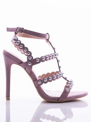 Purpurowe sandały na szpilkach zapinane w na kostce, zdobione srebrnymi koralikami