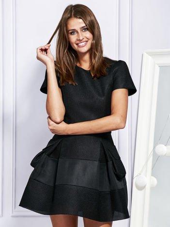 Rozkloszowana sukienka z ażurową fakturą czarna