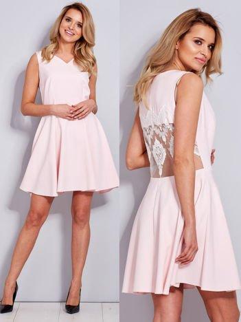 Rozkloszowana sukienka z koronką na plecach jasnoróżowa