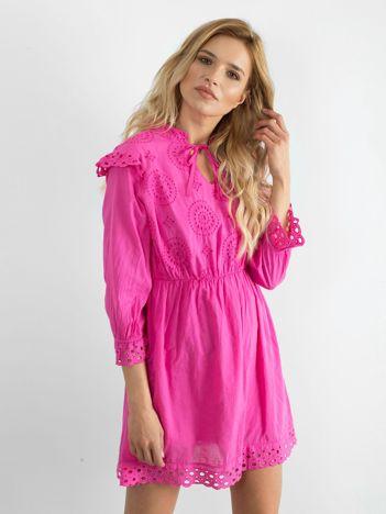 Różowa ażurowa sukienka z falbankami