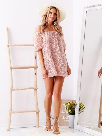 Różowa bluzka hiszpanka w ozdobne wzory