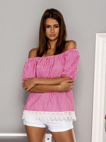 Różowa bluzka w kratkę z hiszpańskim dekoltem