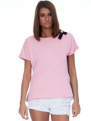 Różowa bluzka z przypinką i koszulowym tyłem