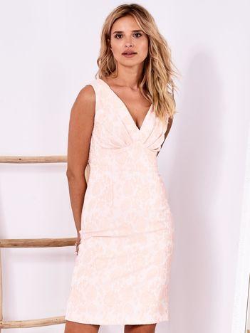 Różowa dopasowana sukienka z drapowanym dekoltem