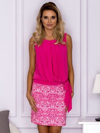 Różowa elegancka sukienka z ornamentowym dołem