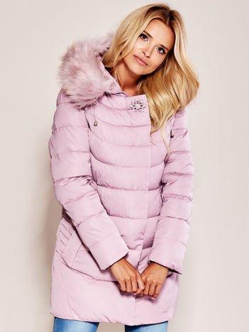 Różowa kurtka na zimę z futrzanym wykończeniem