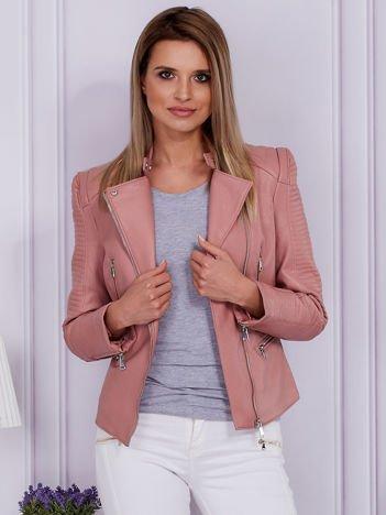 Różowa kurtka ze skóry ekologicznej w motocyklowym stylu