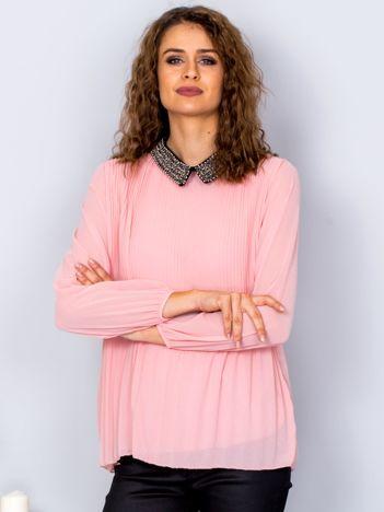Różowa plisowana bluzka z biżuteryjnym kołnierzykiem