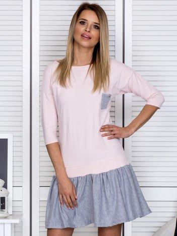 Różowa sukienka dresowa z kontrastową falbaną