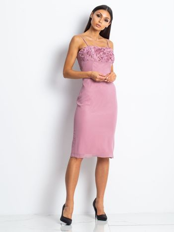 Różowa sukienka koktajlowa z ozdobnym dekoltem