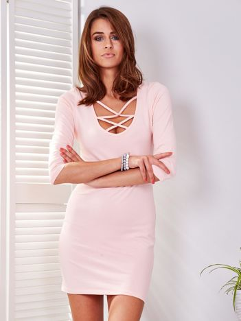 Różowa sukienka z cienkimi paseczkami przy dekolcie