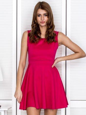 Różowa sukienka z koronką na ramionach
