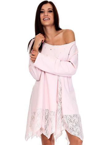 Różowa sukienka z koronkowymi wstawkami i perełkami