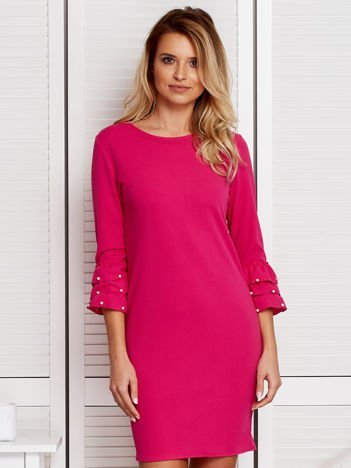 Różowa sukienka z perełkami na rękawach