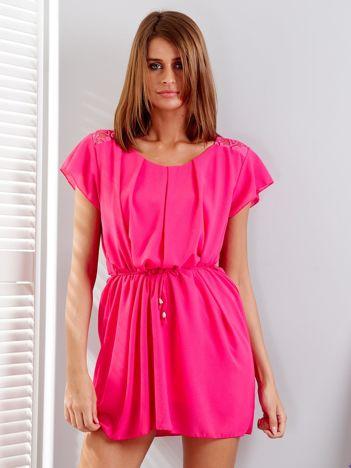 Różowa sukienka z troczkami i koronkową wstawką