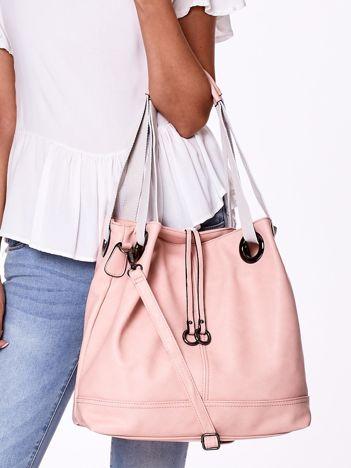 Różowa torba w miejskim stylu z materiałowymi uchwytami