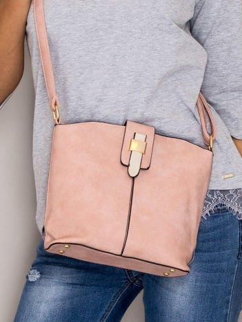 Różowa torebka z ozdobną klapką