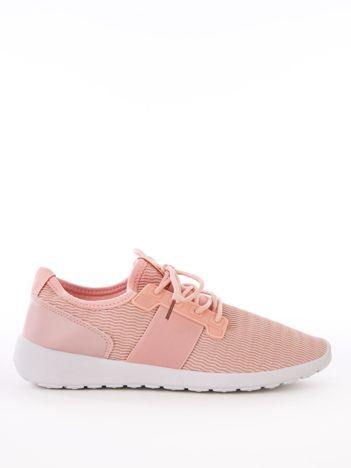 Różowe buty sportowe z błyszczącą nitką