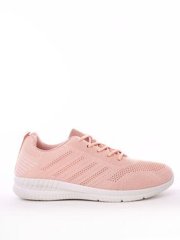 Różowe buty sportowe z napisem na pięcie