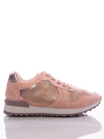 Różowe buty sportowe z tłoczoną wstawką i metalicznym połyskiem, na sprężystej podeszwie