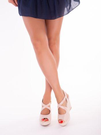 Różowe sandały na koturnach z ecozamszu, ze skrzyżowanymi paskami na przodzie