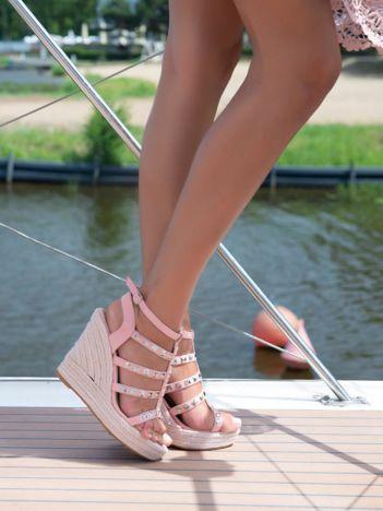 Różowe sandały na koturnach z plecionymi paskami i ćwiekami