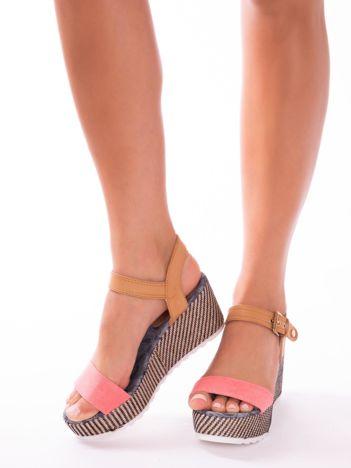 Różowe sandały na podwyższonej platformie z ozdobnym obszyciem koturnów i beżowym paskiem