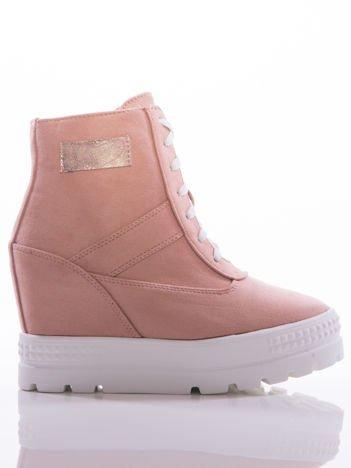 Różowe sneakersy na grubej białej platformie