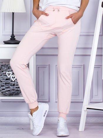 Różowe spodnie dresowe z kieszonką z przodu