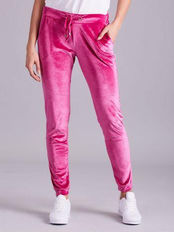 Różowe spodnie welurowe