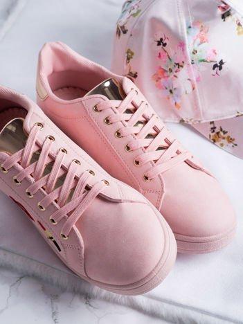 Różowe trampki z kolorowymi naszywkami na cholewce i srebrną wstawką na pięcie