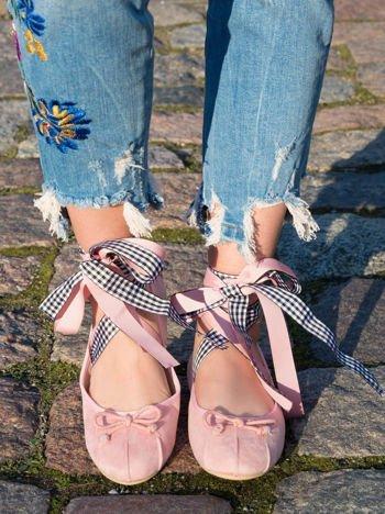 Różowe zamszowe baleriny wiązane na tasiemkę wokół kostki z kokardką na przodzie i marszczeniami na pięcie