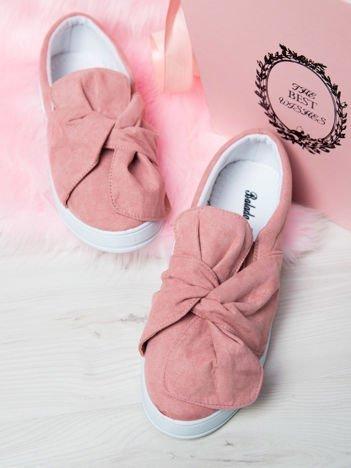 Różowe zamszowe slipony z zaplecioną kokardą na przodzie buta