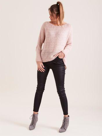 Różowy luźny sweter
