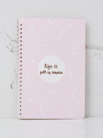 Różowy notatnik we wzory