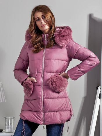 Różowy płaszcz z futrzanymi kieszeniami