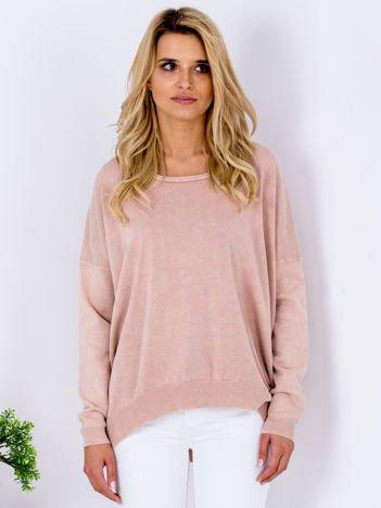 Różowy sweter z guzikami z tyłu