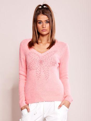 Różowy sweter z koralikami